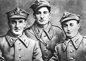 Артиллеристы-зенитчики братья Пшибыльские. Капитан, сержант и взводный одеты одинаково.